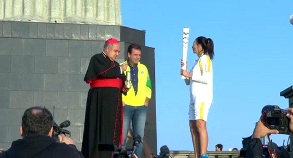 Tocha Olímpica chega ao Cristo Redentor, cartão postal do Rio.