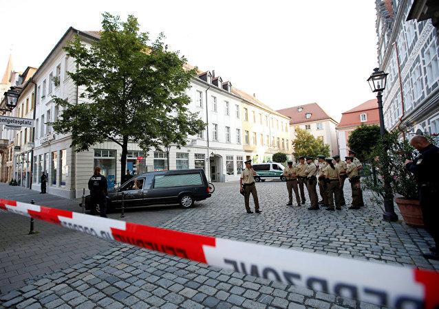Um carro funerário deixa a área depois de uma explosão em Ansbach, perto de Nuremberg, Alemanha, 25 de julho de 2016