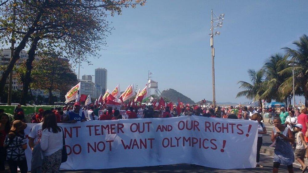 Passagem da tocha por Copacabana foi marcada por manifestações contra Temer