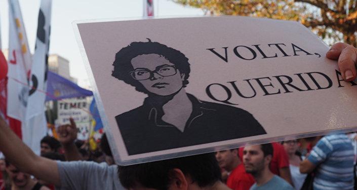 Manifestantes pedem a volta de Dilma em ato contra Temer