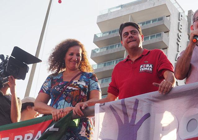 Deputada federal Jandira Feghali (PCdoB) ao lado do deputado federal Wadih Damous (PT) em ato contra Temer em Copacabana