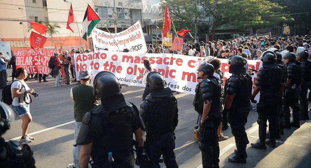 Manifestação contrária à realização das Olimpíadas no RIo