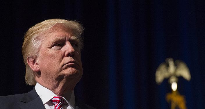 Donald Trump escuta o discurso do seu filho, Eric Trump, na escola, 2 de agosto de 2016, Virginia