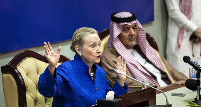 A Secretária de Estado dos EUA Hillary Clinton realiza uma coletiva de imprensa conjunta com o ministro das Relações Exteriores da Arábia Saudita (foto de arqiuvo)