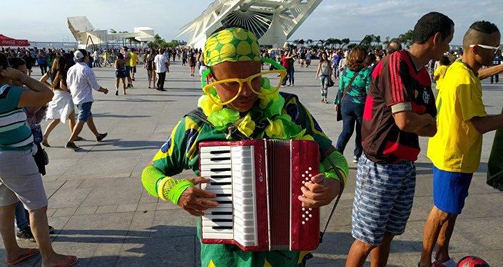 Artista de rua Fabinho Caxotada anima o público no Porto Olímpico