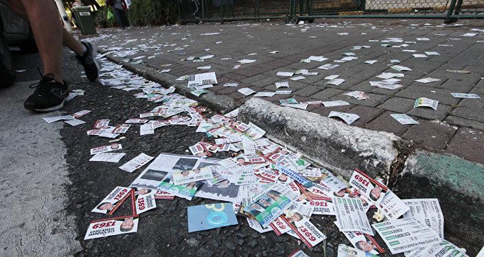 Sujeira em calçadas, por conta de materiais de propaganda eleitoral das eleições 2014
