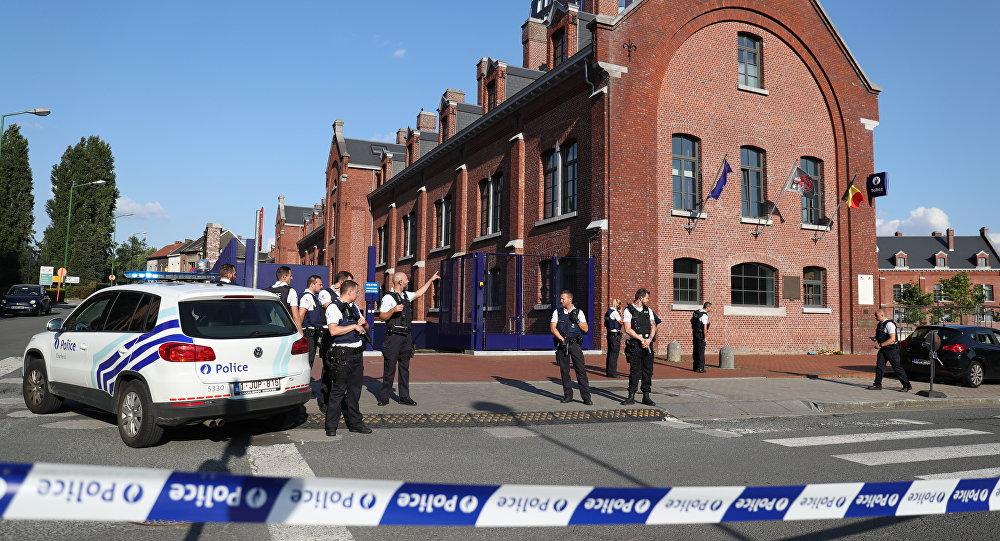 A polícia observa a área em torno da delegacia, no sul da cidade belga de Charleroi, depois do ataque de 6 de agosto de 2016