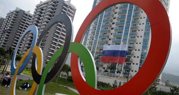 A bandeira russa na Vila Olímpica no Rio de Janeiro