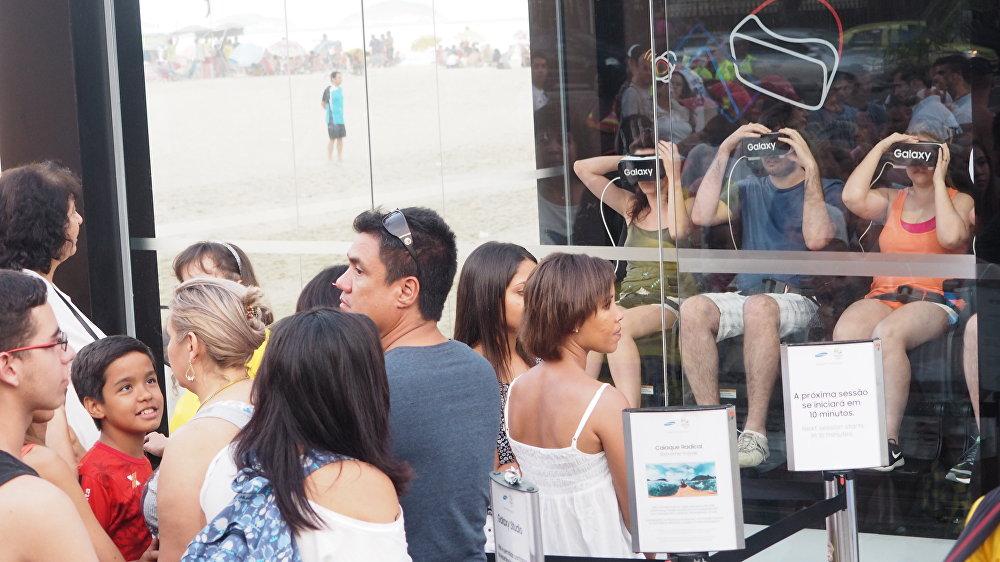 Turistas fazem fila para participar de jogos de realidade virtual na praia de Copacabana
