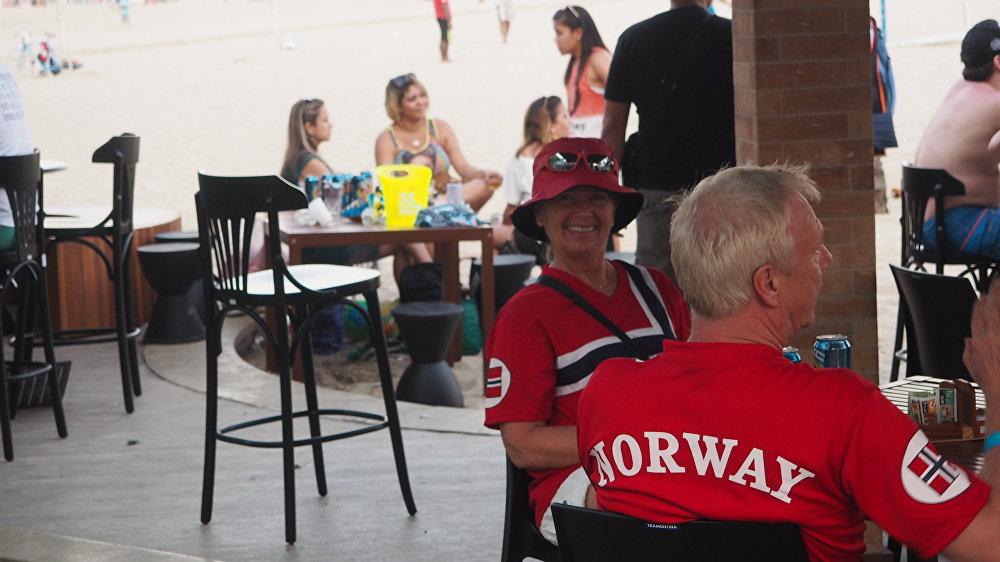 Torcedores da Noruega relaxam em quiosque da orla de Copacabana