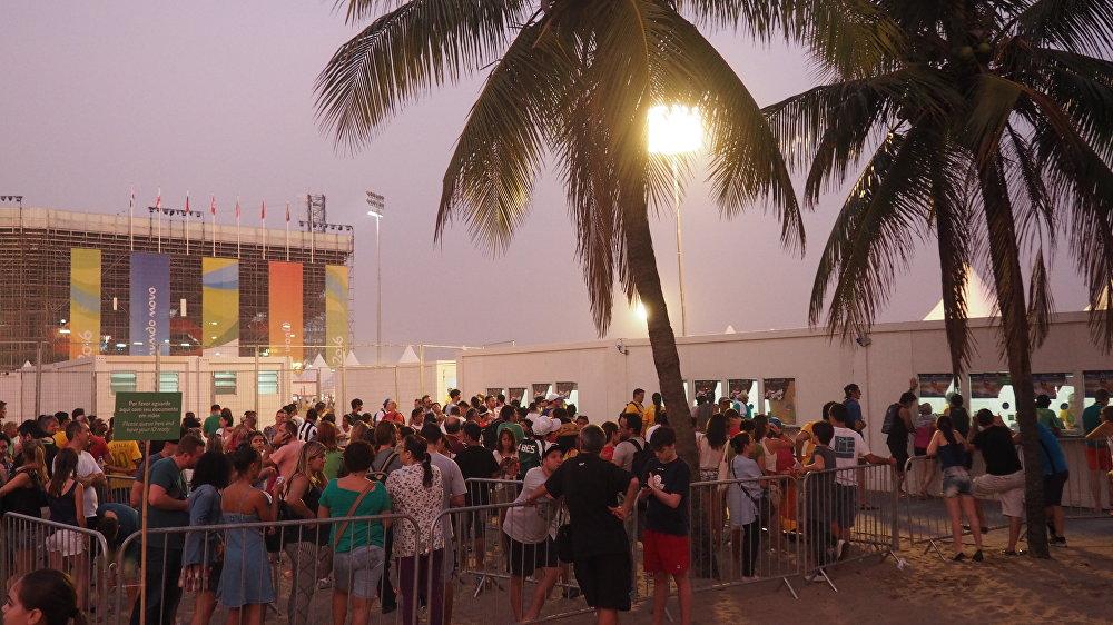 Fãs fazem filas para comprar ingressos na arena do vôlei em Copacabana