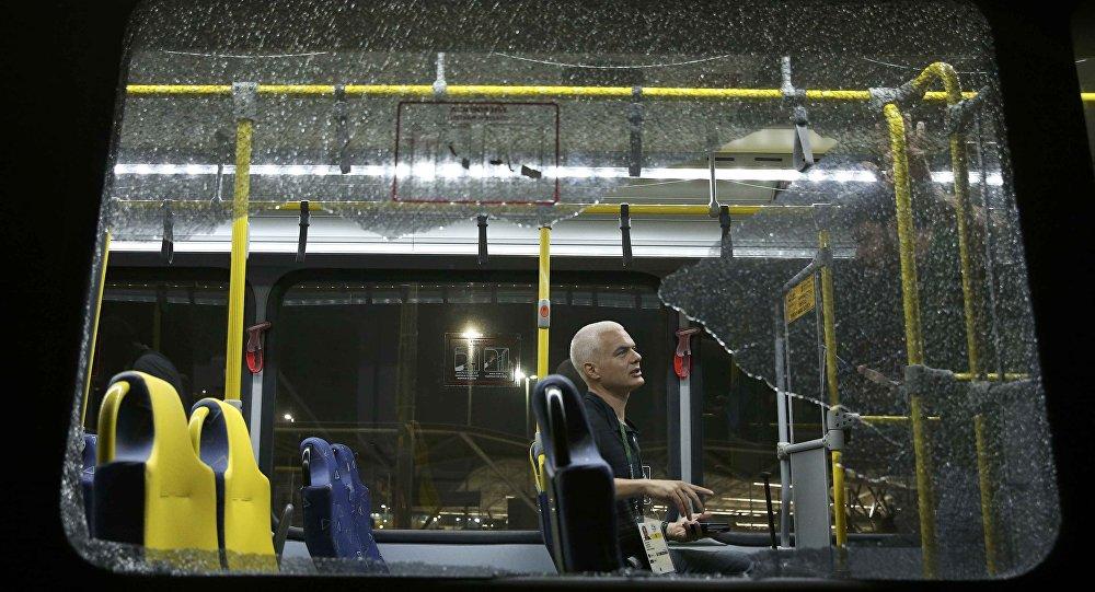 Ônibus com jornalistas foi atingido por tiros no Rio de Janeiro