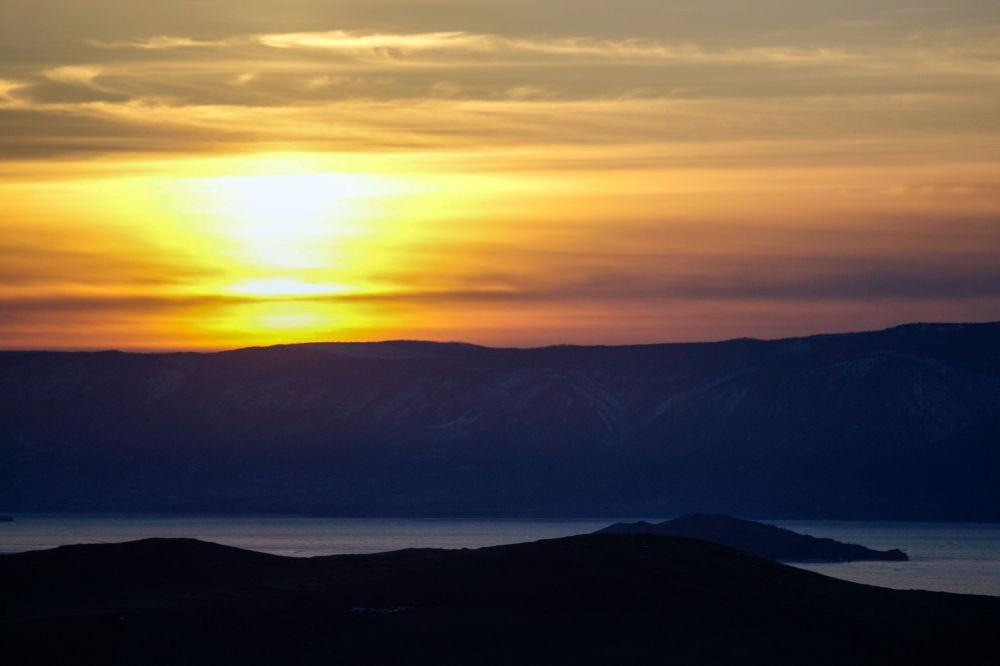 Vista para o mar Maloye a partir da ilha de Olkhon