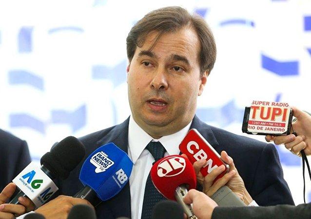 O presidente da Câmara dos Deputados, Rodrigo Maia, fala à imprensa