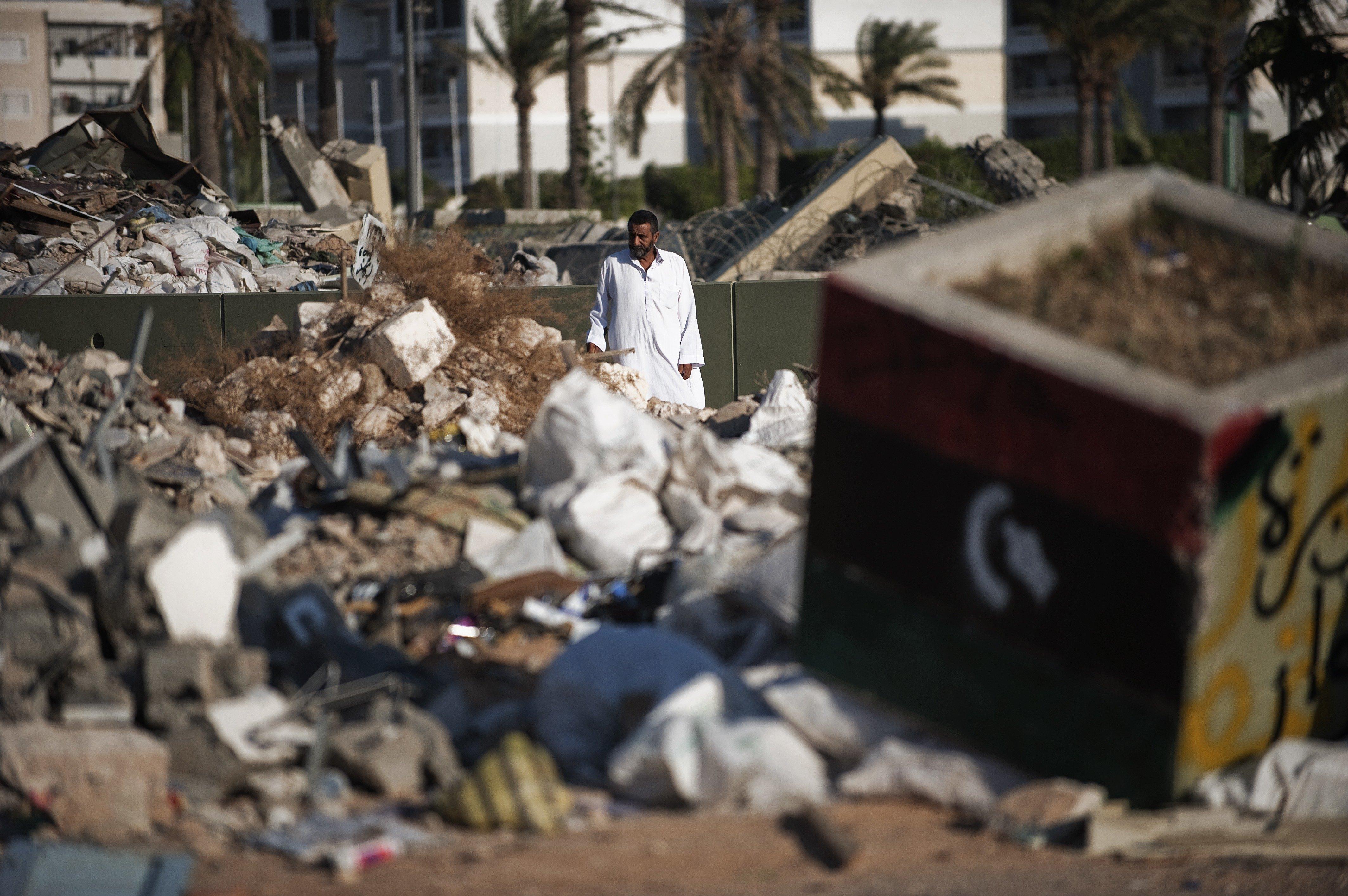 Homem passeia o local onde ficava a residência do líder líbio Muammar Kadhafi em Tripoli, Líbia, junho de 2012