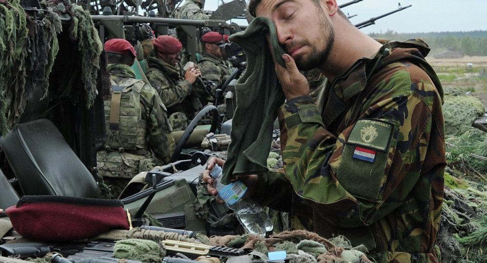 Soldado da Holanda depois dos exercícios da OTAN Noble Jump, Polônia