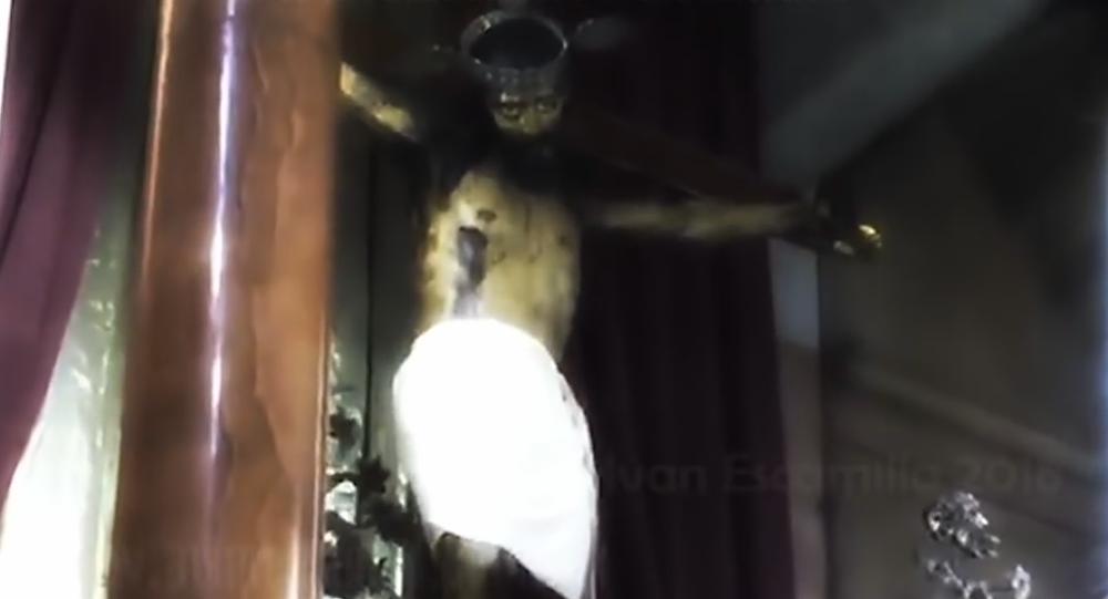 Frame do vídeo em que uma estátua de Jesus parece abrir os olhos
