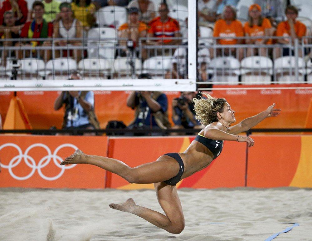 Esportista alemã, Laura Ludwig, durante o jogo contra Canadá