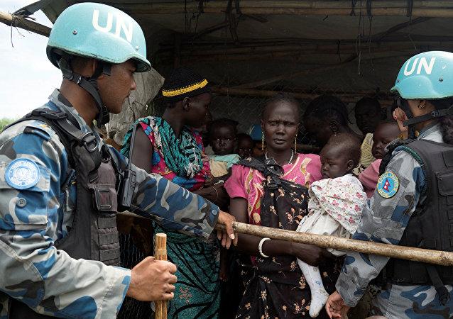 Soldados das Nações Unidas controlam distribuição de alimentos para refugiados do Sudão do Sul