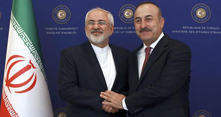 Ministros das Relações Exteriores iraniano e turco, Mohammad Javad Zarif e Mevlut Cavusoglu, durante o encontro bilateral em Ancara, Turquia, 12 de agosto de 2016