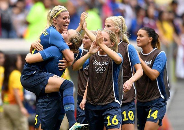 Suecas comemoram após vitória sobre americanas nas quartas de final das Olimpíadas