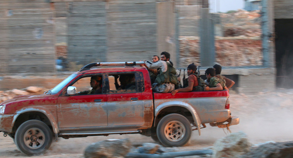 Militantes da Frente al-Nusra dirigem pelas ruas de Aleppo