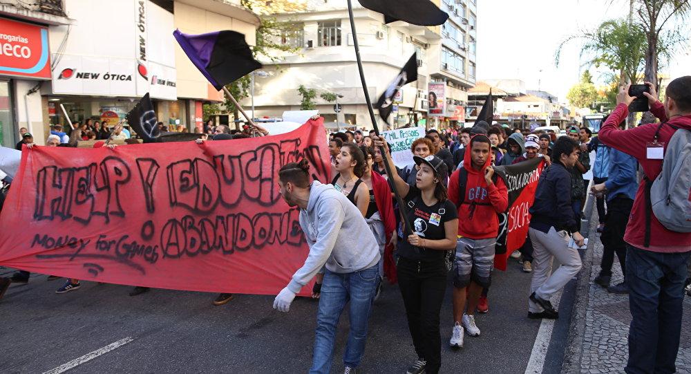 Ato contra Olimpíadas termina com bombas de gás da PM e 50 estudantes detidos