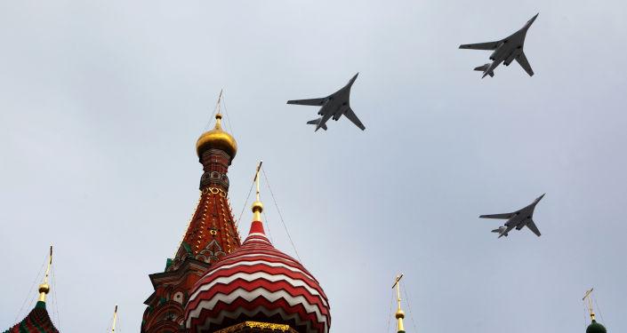 Tu-160 (Cisne branco) é um bombardeiro estratégico supersônico. Embora várias aeronaves de transporte civis e militares tenham dimensões maiores, o Tu-160 é a maior aeronave de combate, maior aeronave supersônica e maior aeronave com asas de geometria variável.