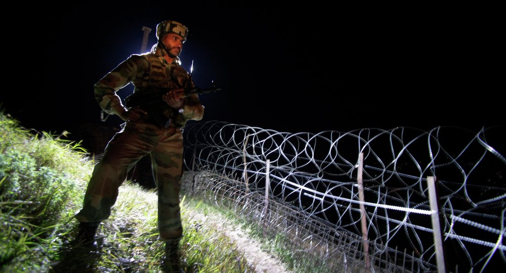 Militar indiano monta guarda na fronteira entre Caxemira, na Índia, e o Paquistão, 22 de dezembro de 2013