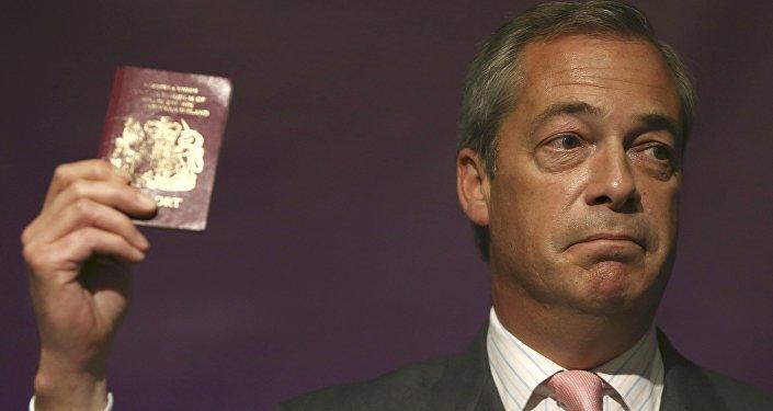 Líder do Partido de Independência do Reino Unido (UKIP), Nigel Farage, mostra seu passaporte britânico durante um evento a favor do Brexit em Londres, 3 de junho de 2016
