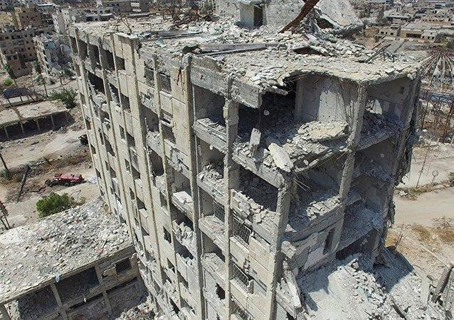 Prédio destruído no norte de Aleppo