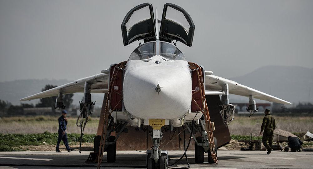 Su-24 russo na base aérea de Hmeymim (foto de arquivo)