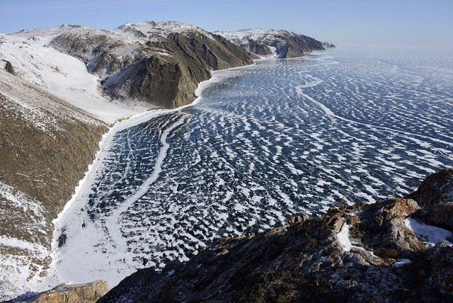 Baikal é o lago mais profundo do mundo e o maior reservatório de água doce natural. Na costa do lago você pode sentir a grandeza de Baikal.