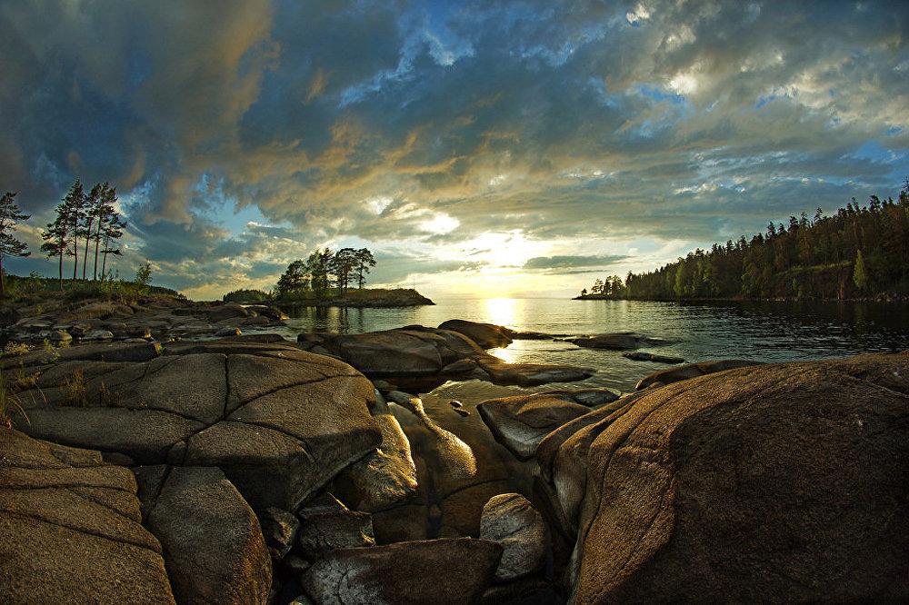 A Ilha de Valaam é um belíssimo exemplo da natureza do norte. Paisagens extraordinárias com mosteiros magníficos e capelas podem ser vistas. Na pitoresca baía do Mosteiro Vermelho, o fotógrafo foi capaz de capturar a beleza impressionante do pôr do sol.