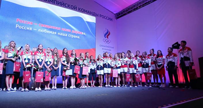 Medalhistas de ouro russas e Isinbayeva cantam Hino da Rússia