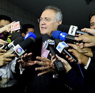 Renan Calheiros conversa com a imprensa