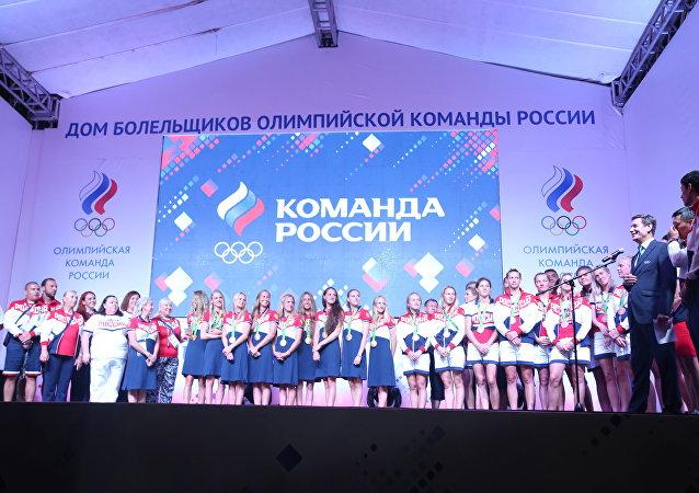 Campeãs olímpicas do nado sincronizado da Rússia são recebidas com festa na casa dos torcedores do país no Rio de Janeiro;