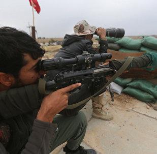 Militares do exército do Iraque combatem o Daesh perto de Tikrit em 30 de março de 2015