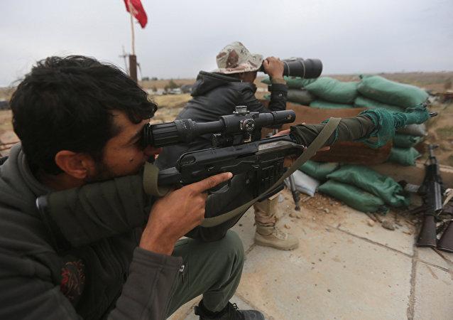 Militares do exército do Iraque combatem o Estado Islâmico perto de Tikrit em 30 de março de 2015
