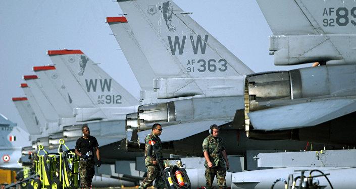 Pilotos norte-americanos perto de aviões F-16 na base de Kalaikunda, Índia (foto de arquivo)