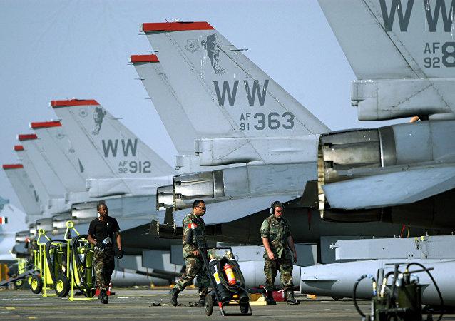 Pilotos norte-americanos perto de aviões F-16 na base de Kalaikunda, Índia (foto de arquivo