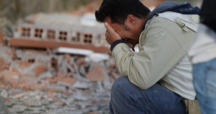 Homem chora depois de forte terremoto ocorrido na cidade italiana de Amatrice em 24 de agosto de 2016