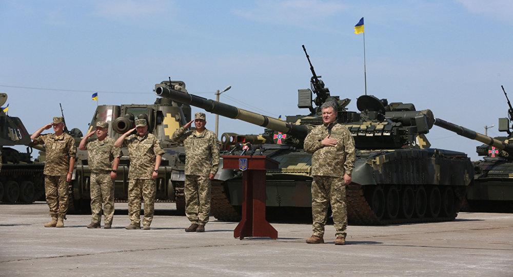 Presidente ucraniano, Pyotr Poroshenko, faz discurso para militares das Forças Armadas do país no aeródromo de Chuguyevo, Ucrânia (arquivo)