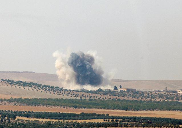 Vista da cidade síria Jarablus feita a partir da cidade turca de Karkamis