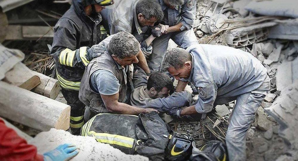 Equipe de resgate retira um homem dos escombros após forte terremoto na Itália
