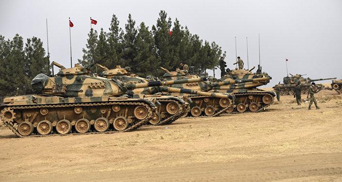 Tanques turcos perto da fronteira com a Síria, Turquia (foto de arquivo)