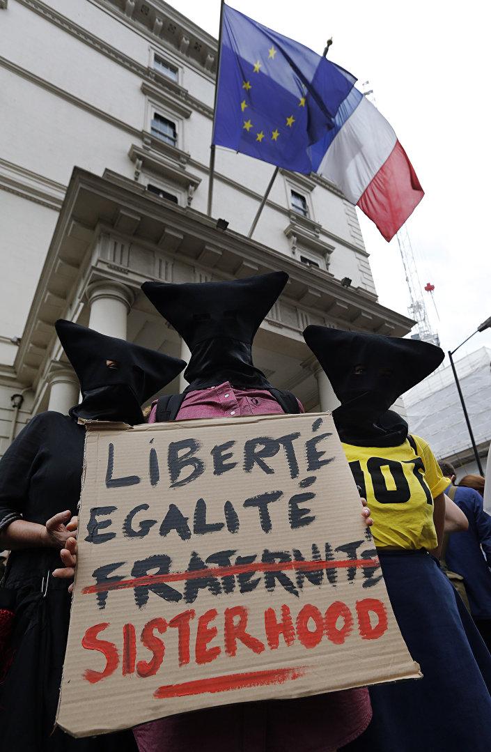 Liberdade, igualdade, irmandade feminina, reza este cartaz mostrado durante ato contra burquíni em Londres em 25 de agosto de 2016
