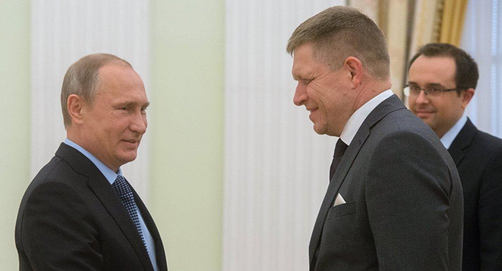 O presidente da Rússia, Vladimir Putin, com o premier da Eslováquia, Robert Fico