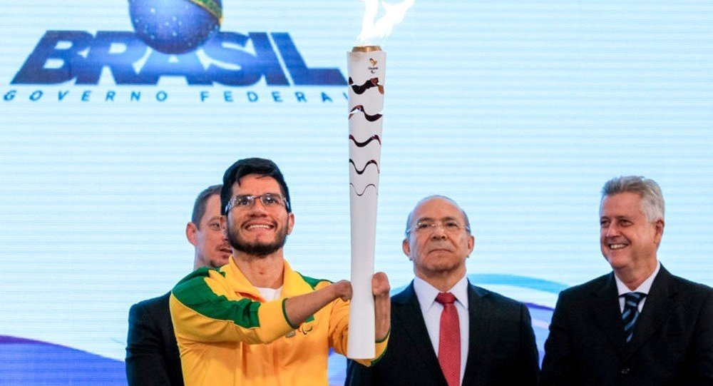 O velocista brasileiro Yohansson Nascimento foi o escolhido para acender a Tocha Paralímpica