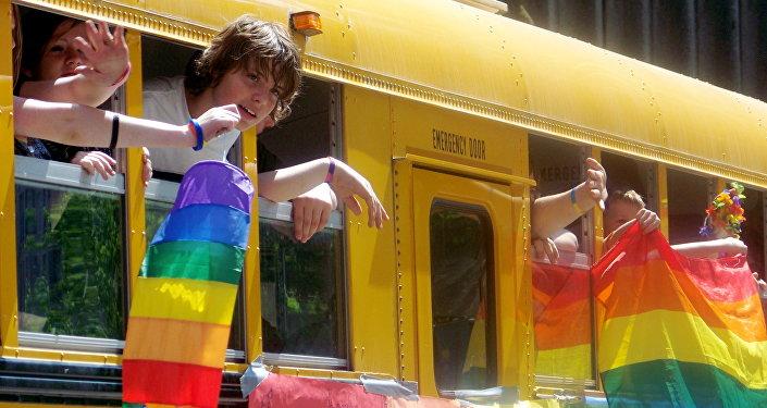 ônibus escolar nos EUA com bandeira do movimento LGBT